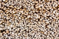 Una pila de leña del abedul - un fondo horizontal natural Fotografía de archivo