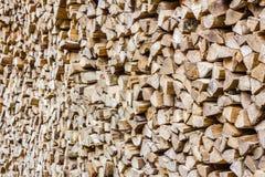 Una pila de leña del abedul - un fondo horizontal natural Imagen de archivo