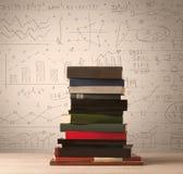 Una pila de libros con las fórmulas de la matemáticas escritas en estilo del garabato Imagen de archivo