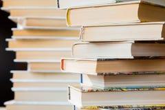 Una pila de libros en cubiertas multicoloras en la biblioteca o la librería fotografía de archivo libre de regalías