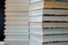 Una pila de libros en cubiertas multicoloras en la biblioteca o la librería imagen de archivo