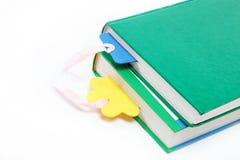 Una pila de libros en un blanco. Imágenes de archivo libres de regalías