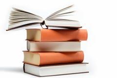Una pila de libros en un blanco. Foto de archivo