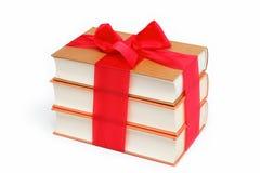 Una pila de libros en un blanco. Fotografía de archivo