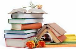Una pila de libros en un blanco. Fotografía de archivo libre de regalías