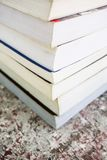 Una pila de libros viejos coloridos Imágenes de archivo libres de regalías