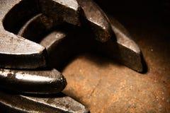 Una pila de llave inglesa del metal en la iluminación oscura del contraste fotos de archivo libres de regalías