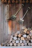 Una pila de madera en el almacenamiento de la cabina de la agricultura campesina Imagen de archivo