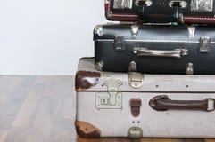 Una pila de maletas viejas Imagen de archivo libre de regalías
