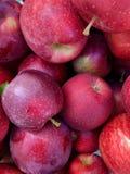 Una pila de manzanas fotos de archivo