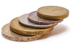 Una pila de 5 monedas de denominación diversa y de países diversos imagenes de archivo