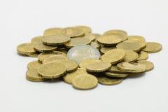Una pila de monedas, el EURO europeo de la moneda Aislado en el fondo blanco con la trayectoria de recortes Fotografía de archivo