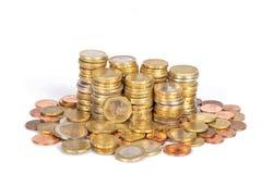 Una pila de monedas euro apiladas en columnas y aisladas en blanco foto de archivo