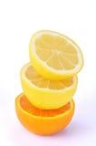 Una pila de naranja fresca y el limón dan fruto Imagenes de archivo