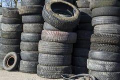 Una pila de neumáticos de coche usado apilados en una torre de goma Imagen de archivo libre de regalías