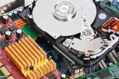 Una pila de ordenador parte la impulsión dura de la placa madre. Foto de archivo libre de regalías
