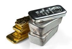 Una pila de oro y de barras de plata imagen de archivo
