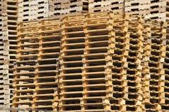 Una pila de paletas de madera fotos de archivo libres de regalías