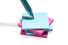 Una pila de papel adhesivo colorido fotos de archivo