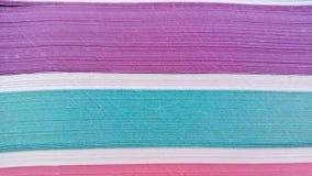 Una pila de papel pagina diversos colores Imágenes de archivo libres de regalías