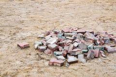 Una pila de pavimentadoras viejas del palo, ladrillos foto de archivo