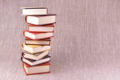 Una pila de pequeños libros en un fondo de lino Imagenes de archivo