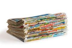 Una pila de periódicos aislados imagen de archivo