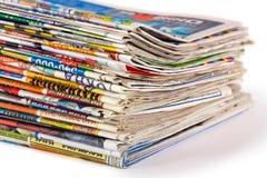 Una pila de periódicos aislados imagenes de archivo