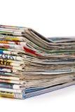 Una pila de periódicos aislados fotos de archivo libres de regalías