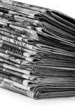 Una pila de periódicos aislados imágenes de archivo libres de regalías