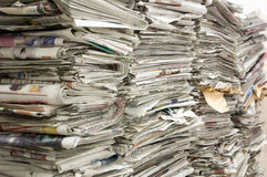 Una pila de periódicos viejos Imagen de archivo libre de regalías