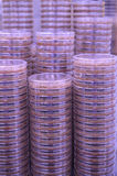 Una pila de Petri Dishes con medios púrpuras Fotos de archivo libres de regalías