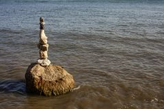 Una pila de piedras en el río Imagen de archivo