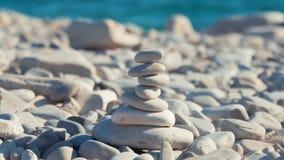 Una pila de piedras redondas que se colocan en la orilla de un mar Concepto de balanza y de armonía rocas en la costa del mar ade almacen de video