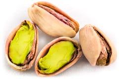 Una pila de pistachos asados en blanco Imagen de archivo