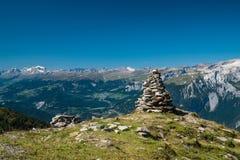 Una pila de rocas delante de las montañas Imagenes de archivo