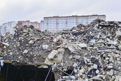 Una pila de ruina concreta en el fondo de los edificios residenciales de la ciudad Fotos de archivo