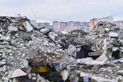 Una pila de ruina concreta en el fondo de los edificios residenciales de la ciudad Imagen de archivo