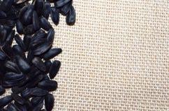 Una pila de semillas de girasol en fondo de lino natural fotografía de archivo libre de regalías
