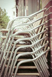Una pila de sillas de aluminio Imagen de archivo libre de regalías