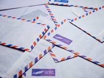Una pila de sobres del correo aéreo imagen de archivo