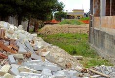 Una pila de suciedad y de escombros reventados-para arriba Fotografía de archivo