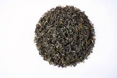 Una pila de té verde seco Aislado en el fondo blanco Fondo del alimento foto de archivo libre de regalías