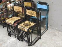 Una pila de tablas y de sillas apiladas juntas Fotos de archivo libres de regalías