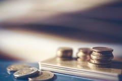 Una pila de tarjetas de crédito y de monedas euro Imágenes de archivo libres de regalías