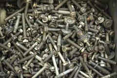 Una pila de tornillos viejos, de nueces y de otros desperdicios imagen de archivo