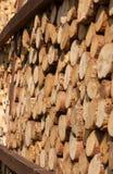 Una pila de troncos de árbol que mienten, esperando para ser quemado imagenes de archivo