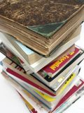 Una pila de vendimia vieja y de libros modernos Fotos de archivo libres de regalías