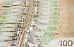 Una pila del canadiense cientos cuentas de dólar Imagenes de archivo
