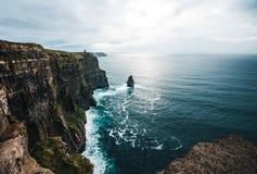 Una pila del mare sta fuori dalle scogliere irlandesi di Moher fotografie stock libere da diritti